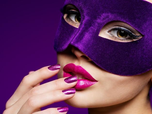 Portret Pięknej Kobiety Z Fioletowymi Paznokciami I Fioletową Maską Teatralną Na Twarzy. Darmowe Zdjęcia