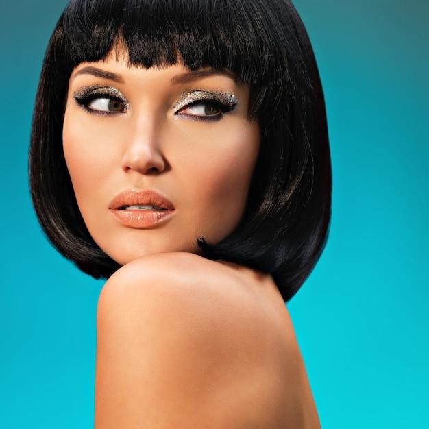 Portret Pięknej Kobiety Z Fryzurą Bob. Twarz Modelki Z Kreatywnym Makijażem Darmowe Zdjęcia