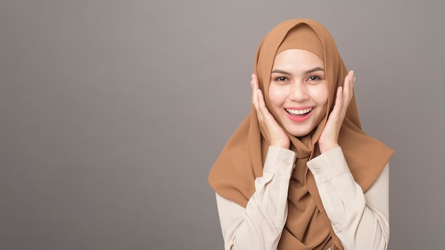 Portret Pięknej Kobiety Z Hidżabu Uśmiecha Się Premium Zdjęcia