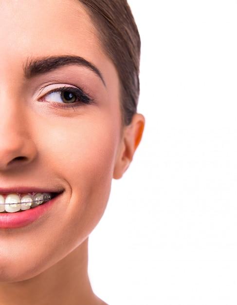 Portret pięknej kobiety z nawiasami klamrowymi na zęby. Premium Zdjęcia