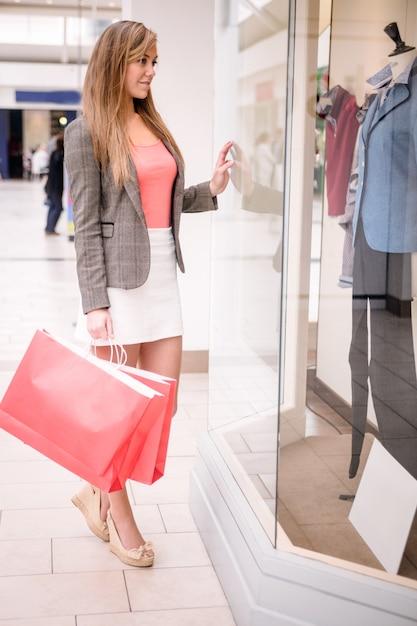 Portret Pięknej Kobiety Zakupy Okno Premium Zdjęcia