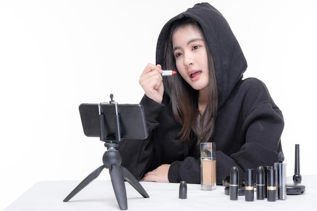 Portret Pięknej Młodej Azjatyckiej Kobiety Piękna Vlogger Robi Makijaż Patrząc W Kamerę Nagrywanie I Przesyłanie Strumieniowe Wideo Do Udostępniania W Mediach Społecznościowych Darmowe Zdjęcia