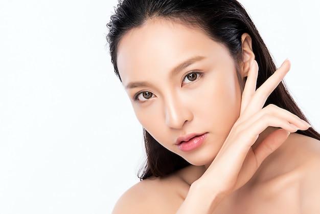 Portret Pięknej Młodej Azjatykciej Kobiety Skóry Czysty świeży Nagi Pojęcie. Azjatyckie Dziewczyny Piękna Twarz Pielęgnacji Skóry I Zdrowia Wellness Premium Zdjęcia