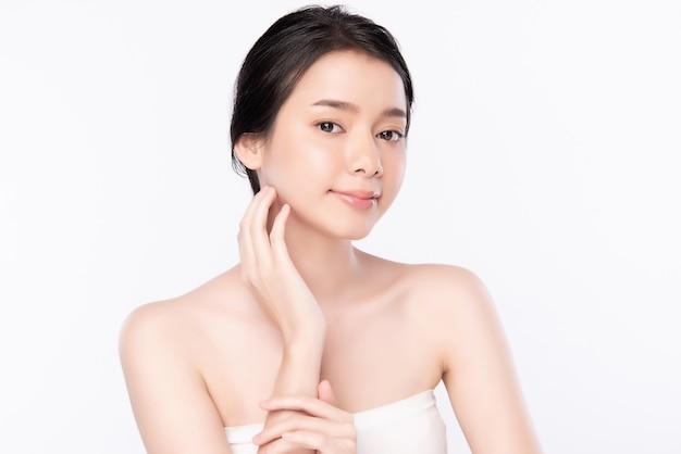 Portret Pięknej Młodej Azjatykciej Kobiety Skóry Czysty świeży Nagi Pojęcie. Azjatyckie Dziewczyny Piękno Twarzy Pielęgnacji Skóry I Zdrowia Wellness, Zabieg Na Twarz, Idealna Skóra, Naturalny Makijaż ,, Dwa Premium Zdjęcia