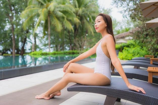 Portret Pięknej Młodej Kobiety Azjatyckie Relaks Przy Odkrytym Basenie W Hotelowym Kurorcie Blisko Morza Darmowe Zdjęcia