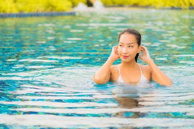 Portret Pięknej Młodej Kobiety Azjatyckie Relaks Uśmiech Wypoczynek Wokół Basenu W Pobliżu Morza Darmowe Zdjęcia