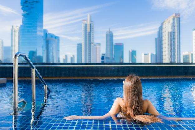 Portret Pięknej Młodej Kobiety Azjatyckie Relaks Wypoczynek Cieszyć Się Wokół Odkrytego Basenu Darmowe Zdjęcia
