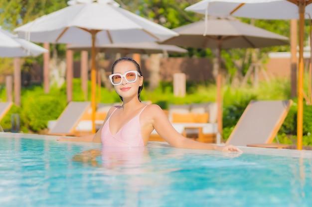 Portret Pięknej Młodej Kobiety Azjatyckie Relaks Wypoczynek Wokół Odkrytego Basenu Z Morzem Darmowe Zdjęcia