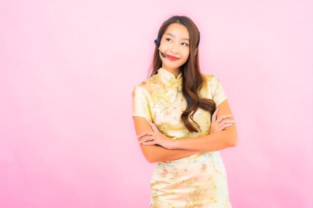 Portret Pięknej Młodej Kobiety Azjatyckiej Klient Call Center Opieki Na Różowej ścianie Koloru Darmowe Zdjęcia