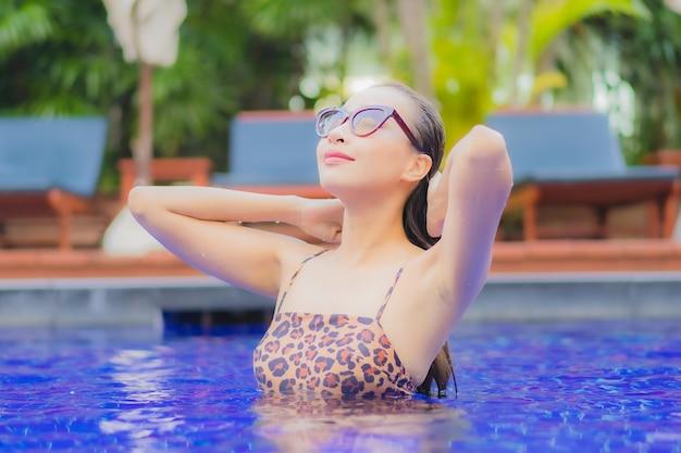 Portret Pięknej Młodej Kobiety Azjatyckiej Relaks Uśmiech Wypoczynek Wokół Odkrytego Basenu Podczas Wakacyjnych Wyjazdów Turystycznych Darmowe Zdjęcia
