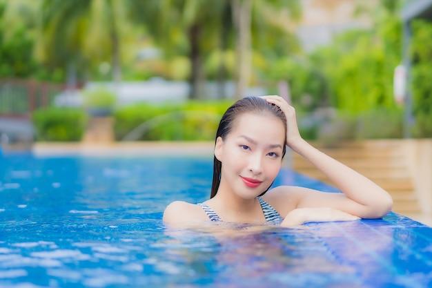 Portret Pięknej Młodej Kobiety Azjatyckiej Relaks Uśmiech Wypoczynek Wokół Odkrytego Basenu W Hotelowym Kurorcie Na Wakacje Darmowe Zdjęcia