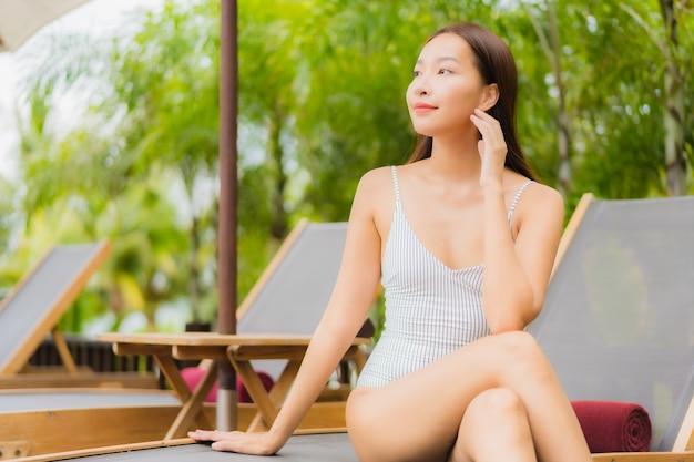 Portret Pięknej Młodej Kobiety Azjatyckiej Uśmiech Zrelaksować Się Wokół Odkrytego Basenu W Hotelu W Ośrodku Na Wakacyjnej Wycieczce Wakacyjnej Darmowe Zdjęcia