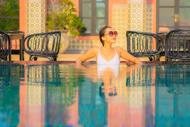 Portret Pięknej Młodej Kobiety Azjatyckiej Zrelaksować Się Uśmiech Cieszyć Się Wypoczynkiem Przy Basenie W Hotelu Wypoczynkowym Na Wakacjach Darmowe Zdjęcia