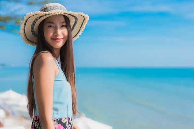 Portret Pięknej Młodej Kobiety Azjatykci Szczęśliwy Uśmiech Relaksuje Wokoło Plażowego Oceanu I Morza Darmowe Zdjęcia