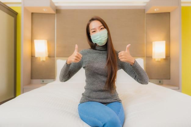 Portret Pięknej Młodej Kobiety Azji Nosi Maskę W Sypialni Darmowe Zdjęcia