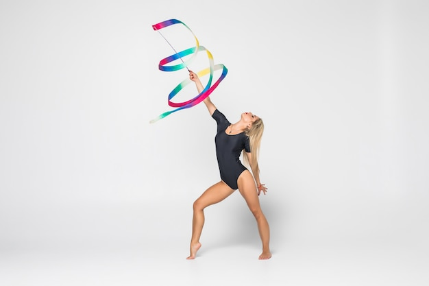 Portret Pięknej Młodej Kobiety Gimnastyczki Trening Gimnastyka ćwiczenia Ze Wstążką. Koncepcja Gimnastyki Artystycznej. Darmowe Zdjęcia