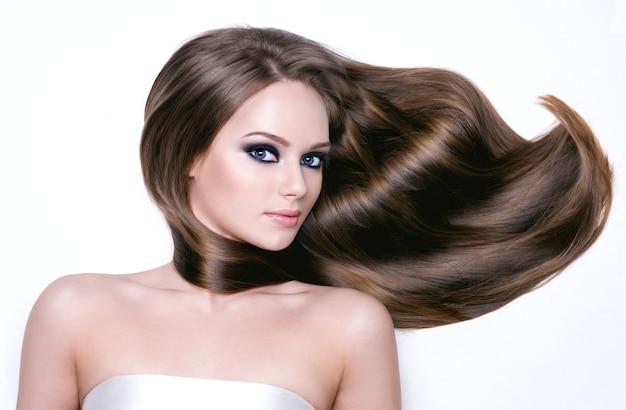 Portret Pięknej Młodej Kobiety Z Długimi Włosami I Brighr Makijaż Podbite Oko - Poziomy Darmowe Zdjęcia