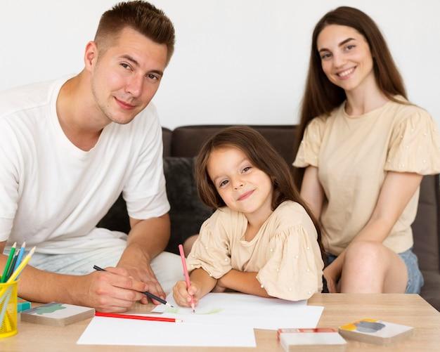 Portret Pięknej Rodziny, Mając Razem ładny Moment Darmowe Zdjęcia