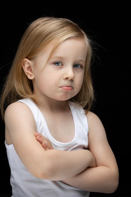 Portret Pięknej Smutnej Młodej Dziewczyny Z Krótkimi Targami Darmowe Zdjęcia