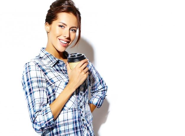Portret Pięknej Stylowej Fajne Nastolatka W Kraciaste Koszule, Trzymając Plastikowy Kubek Kawy. Miejsce Dostępne. Darmowe Zdjęcia