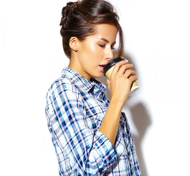 Portret Pięknej Stylowej Fajne Nastolatka W Kraciaste Koszule, Trzymając Plastikowy Kubek Kawy Darmowe Zdjęcia