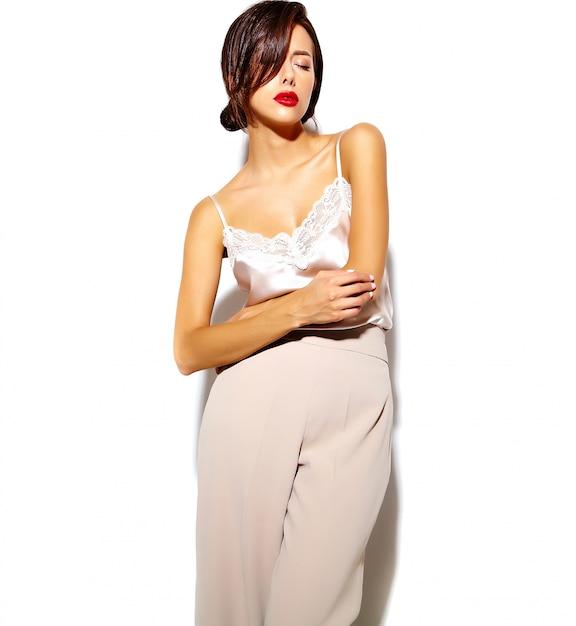 Portret Pięknej Szczęśliwa śliczna Seksowna Brunetki Kobieta Z Czerwonymi Wargami W Szerokich Klasycznych Spodniach Na Białym Tle Darmowe Zdjęcia
