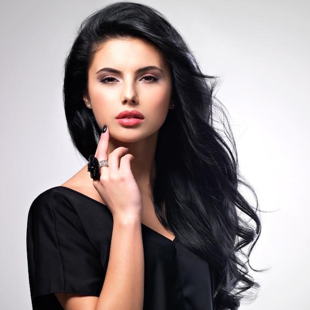 Portret Pięknej Twarzy Młodej Kobiety Z Długimi Brązowymi Włosami. Darmowe Zdjęcia