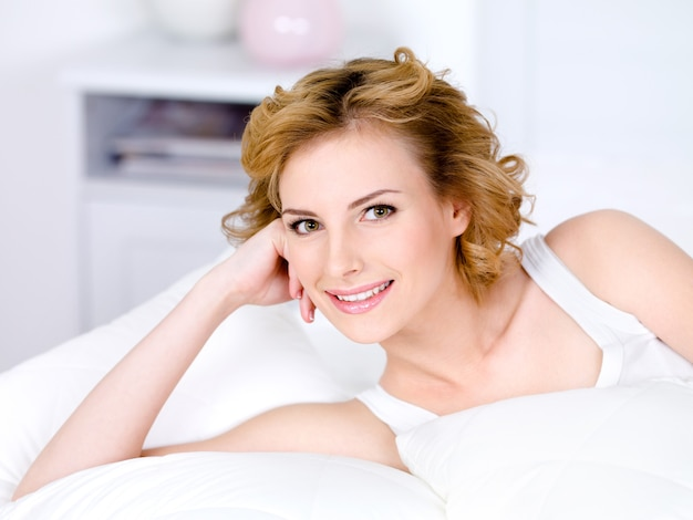 Portret Pięknej Uśmiechnięta ładna Kobieta Relaks - W Pomieszczeniu Darmowe Zdjęcia
