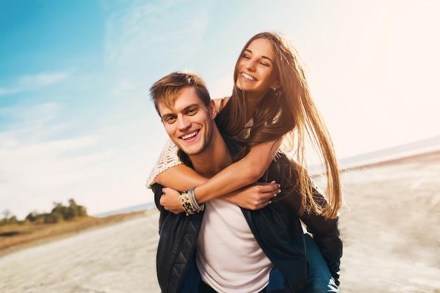 Portret Pięknej Zdrowej Młodej Dziewczyny I Chłopaka Przytulanie Szczęśliwi Dorośli. Młoda ładna Para Zakochanych, Randki Na Słonecznej Wiosnie Wzdłuż Plaży. Ciepłe Kolory. Darmowe Zdjęcia
