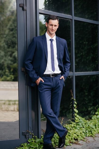 Portret Piękny Biznesowy Mężczyzna W Błękitnym Kostiumu. Premium Zdjęcia