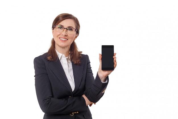 Portret piękny bizneswomanu 50 ucho starych z telefonem komórkowym odizolowywającym na bielu. Premium Zdjęcia