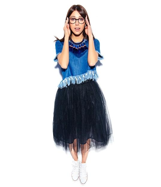 Portret Piękny Mądrze Uśmiechnięty Modniś Brunetki Kobiety Model W Przypadkowych Eleganckich Niebieskich Dżinsach Odzieżowych I Szkłach Odizolowywających Na Bielu. Pełna Długość Darmowe Zdjęcia