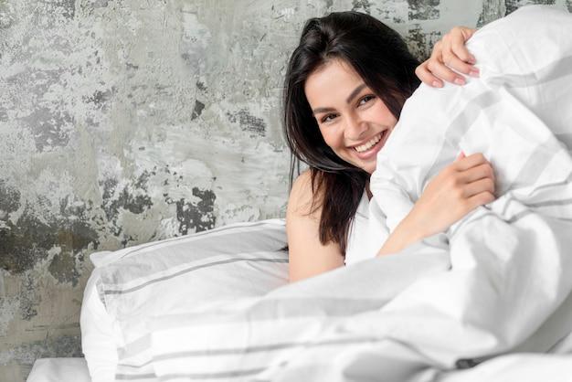Portret Piękny Młodej Kobiety Ono Uśmiecha Się Premium Zdjęcia