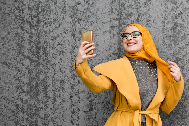 Portret Piękny Młodej Kobiety Pozować Darmowe Zdjęcia