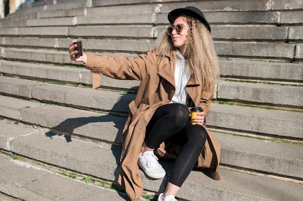 Portret Piękny Nastolatek Bierze Selfie Darmowe Zdjęcia