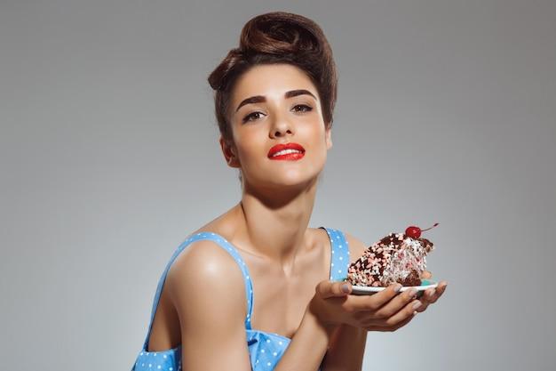 Portret Piękny Pin-up Kobiety Mienia Tort W Rękach Darmowe Zdjęcia