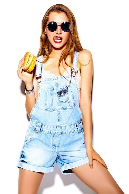 Portret Piękny Stylowy Młodej Kobiety łasowania Hamburger Darmowe Zdjęcia
