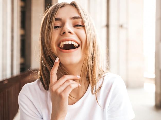 Portret Piękny Uśmiechnięty Blondynu Model Ubierał W Lato Modnisiu Odziewa. Darmowe Zdjęcia
