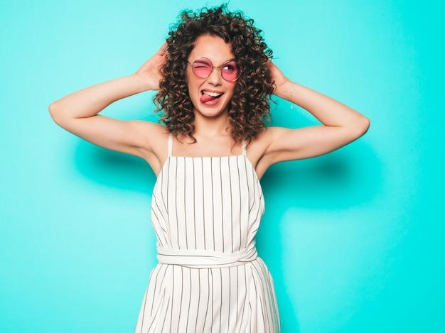 Portret Piękny Uśmiechnięty Model Z Fryzurą Afro Loki Ubrany W Letnie Ubrania Hipster. Modna Kobieta śmieszne I Pozytywne Pokazuje Język Darmowe Zdjęcia