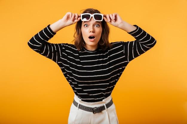 Portret Podekscytowana Dziewczyna W Okulary Pozowanie Darmowe Zdjęcia