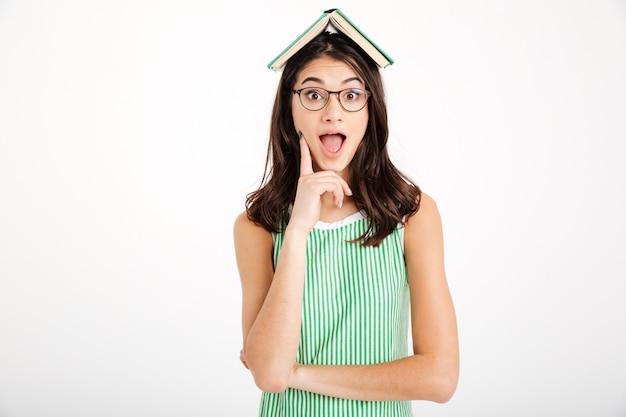 Portret Podekscytowana Dziewczyna W Sukience I Okulary Darmowe Zdjęcia