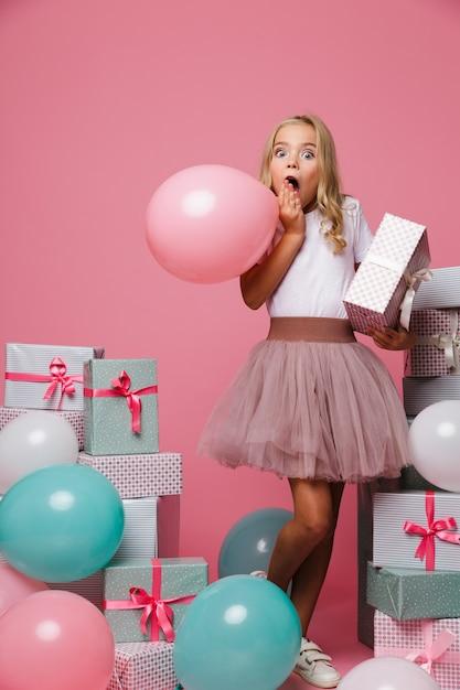 Portret Podekscytowana Dziewczynka W Urodzinowym Kapeluszu Darmowe Zdjęcia