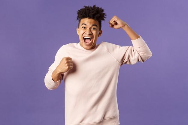 Portret Podekscytowanego Szczęśliwego Człowieka Widzącego, Jak Jego Drużyna Zdobyła Bramkę W Sportowym Kanale Telewizyjnym, śpiewając Triumf, Podnosząc Rękę, Krzycząc Z Radości I Szczęścia, świętując Zwycięstwo, Postawił Właściwy Zakład Premium Zdjęcia