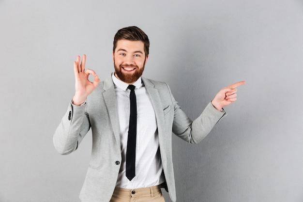 Portret Podekscytowany Biznesmen Ubrany W Garnitur Darmowe Zdjęcia
