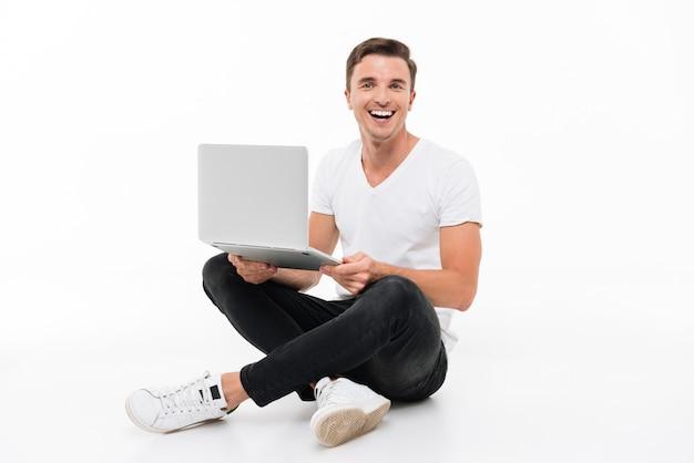 Portret Podekscytowany Rozbawiony Facet Pracuje Na Laptopie Darmowe Zdjęcia
