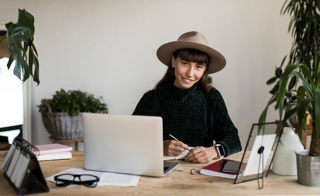 Portret Pomyślny Pisarza Obsiadanie Przy Miejscem Pracy. Freelancer Pracuje Z Domu Premium Zdjęcia