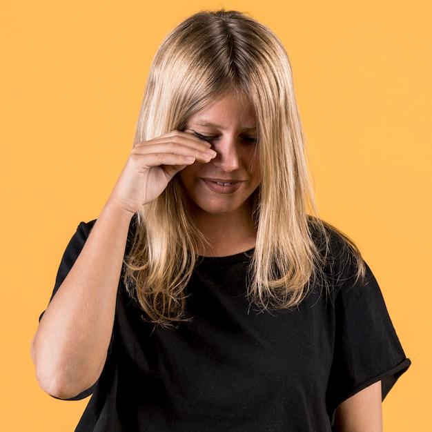 Portret potomstwa obezwładniają kobiety płacz na prostym tle Darmowe Zdjęcia