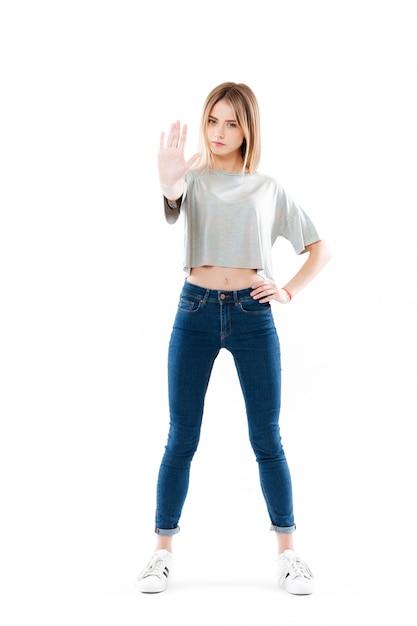 Portret Poważna ładna Młodej Kobiety Pozycja Darmowe Zdjęcia
