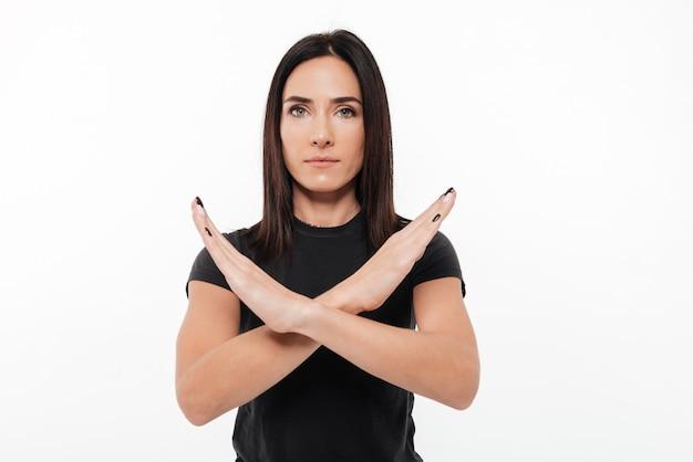 Portret Poważne Młoda Kobieta Pokazano Skrzyżowane Ręce Gest Darmowe Zdjęcia