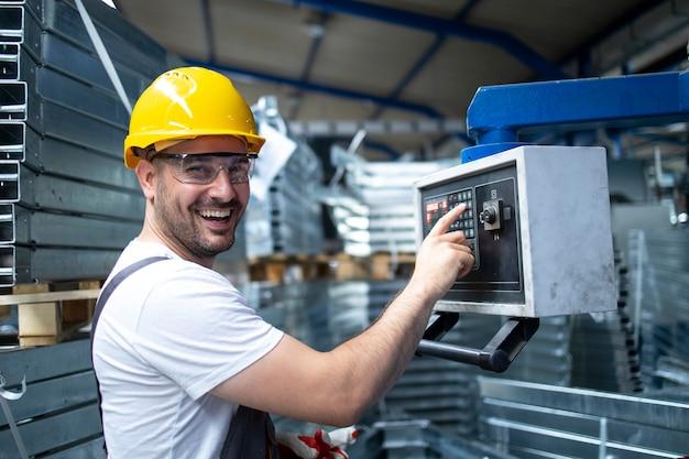 Portret Pracownika Fabryki Obsługującego Maszynę Przemysłową I Ustawiającego Parametry Na Komputerze Darmowe Zdjęcia